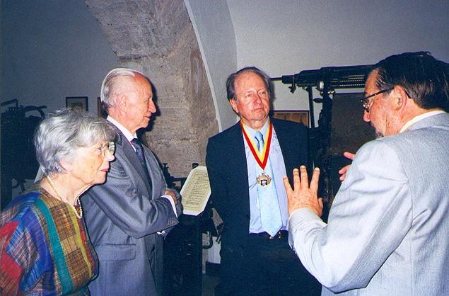 Hermann Zapf fue nombrado Senador Honorífico del Museo de Artes Gráficas de El Puig En la imagen, de izquierda a derecha: Gudrun Zapf, Hermann Zapf, Wolfgang Hartmann, Ricardo Vicent Museros.